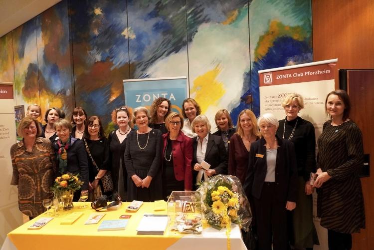 Karin Saeger (8. von links) inmitten von Mitglieder des Zonta Clubs Pforzheim ©Stadt Pforzheim