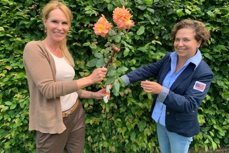 Die Amtsübergabe fand am 09.06.2020 auf Abstand im kleinen Rahmen statt (siehe Foto: links Ute Watermeyer, rechts  Dr. Stella Nieto-Ernst).